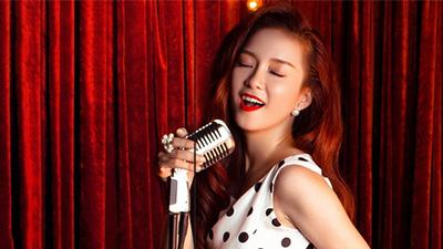 Ca sĩ Đinh Hương livestream 'Nghe nhạc cùng người lạ' để tìm bạn