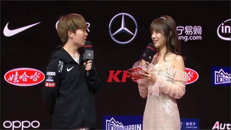 Chứng kiến màn phỏng vấn cực dễ thương của bộ đôi hot nhất làng LMHT Trung Quốc, fan tuyên bố đẩy tới bến: Lấy nhau để vô địch thế giới lần 2 chứ còn chờ đợi gì?