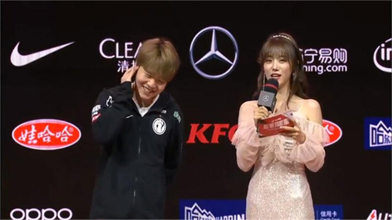 LMHT: Cặp đôi hot nhất LPL lần đầu phỏng vấn nhau trên sân khấu, dân tình chỉ biết đổ rạp vì quá đẹp đôi