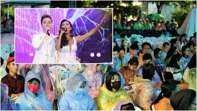 Khán giả 'đội mưa' để cùng sống lại những kỷ niệm với Làn Sóng Xanh