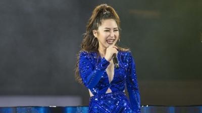 Hương Tràm hát hit 'Em gái mưa' dưới trời mưa lạnh ở Hà Nội