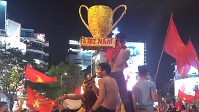 Cổ động viên rước cúp 'tự chế', thể hiện niềm tự hào đối với U23 Việt Nam