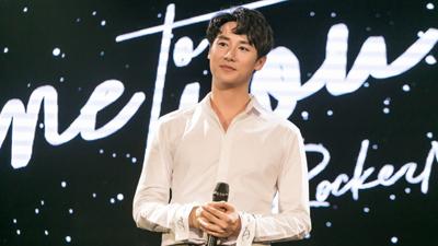 Rocker Nguyễn đốn tim fan khi vừa hát, vừa trổ tài đệm đàn piano điêu luyện
