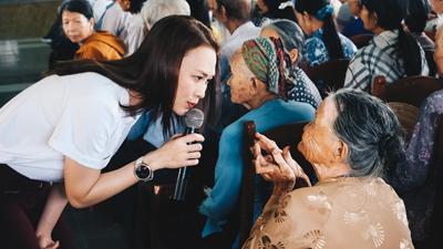 Mỹ Tâm giản dị trong chuyến thiện nguyện nhân mùa Vu Lan tại Quảng Nam