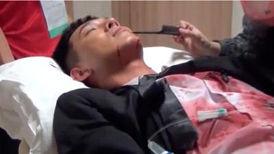 Hậu trường 'Hậu duệ mặt trời' bản Việt: Khả Ngân nằm lăn ra sàn cười không ngớt khi bắt quả tang Song Luân 'phát' ra tiếng động lạ