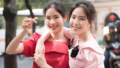 Chị em song sinh Nam Anh - Nam Em xúng xính váy áotung tăng xuống phố