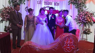 Vác 'ghế tình yêu' đến tặng đôi bạn thân trong ngày cưới, anh chàng khiến tất cả khách mời ngượng chín mặt