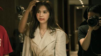 Chưa hết gây tranh cãi với bộ cánh ở Cannes, Ngọc Trinh lại gây choáng với hình ảnh bầm dập trên phim trường