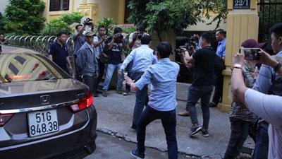Ông Nguyễn Hữu Linh hốt hoảng chạy vào phòng vệ sinh trốn phóng viên