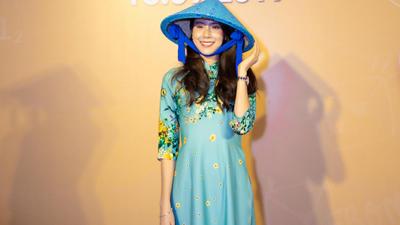 Esther Supreeleela mặc áo dài, đội nón lá chụp hình cùng fan trong buổi công chiếu 'Thách Yêu 2 Năm'