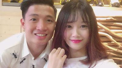 Bùi Tiến Dũng trêu chọc bạn gái Văn Toàn, bị cô nàng phũ phàng: 'Bố trẻ con mà vẫn nghịch thế'