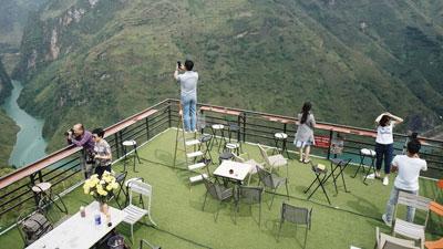 Hàng trăm lượt khách tiếp tục check-in tại tòa 'gai bê tông' trên đèo Mã Pì Lèng, nhà hàng trang bị thêm thang