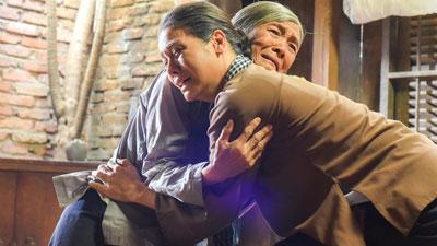 'Tiếng sét trong mưa': Lộ ảnh Thị Bình - Nhật Kim Anh quỳ gối, khóc đến sưng mắt khi gặp dì Bảy sau 24 năm