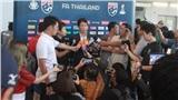 Vừa về Thái Lan, HLV Nishino liên tục bị chất vấn, phải xin lỗi NHM xứ Chùa vàng
