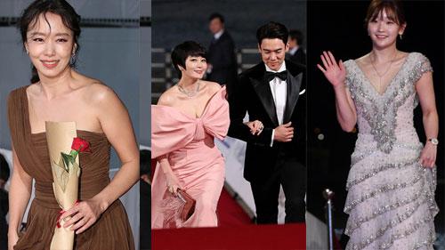 Thảm đỏ nóng nhất Kbiz hôm nay: Mỹ nhân '18+' Jeon Do Yeon đọ sắc cùng 'chị đại xứ Hàn' Kim Hye Soo, dàn sao 'Ký Sinh Trùng' đổ bộ