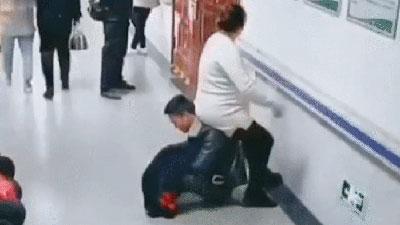 Chồng ngồi xổm trên sàn đất làm ghế êm cho vợ bầu ở bệnh viện phụ sản, khoảnh khắc khiến dân mạng tranh cãi dữ dội
