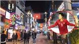 Ủng hộ bóng đá Việt Nam, người dân Hàn Quốc treo cờ điện tử sáng rực cả một dãy phố