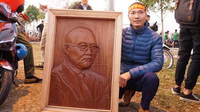 Nam thanh niên điêu khắc bức chân dung lên tận sân bay chờ tặng HLV Park Hang Seo