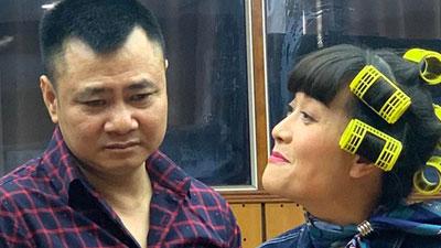 Vân Dung chiếm spotlight với mái tóc quấn lô màu xanh lá khi cùng các nghệ sĩ tập luyện cho chương trình thay thế 'Táo quân'