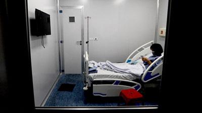Bên trong phòng cách ly bệnh nhân có triệu chứng nhiễm virus Corona tại Hà Nội