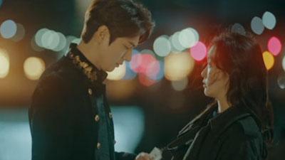 'Quân Vương Bất Diệt' tập 1: Kim Go Eun đi xuyên thế giới để cứu Lee Min Ho?