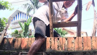 Hà Nội: Phá tường giải cứu cụ bà gần 80 tuổi ốm liệt giường bị hàng xóm 'nhốt' trong nhà