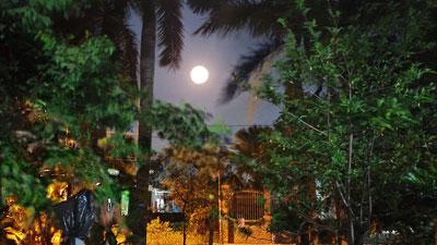 Dân mạng đồng loạt chia sẻ những hình ảnh siêu trăng độc đáo tại Việt Nam