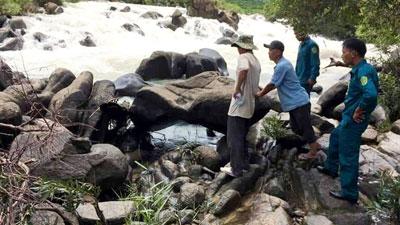 Lũ bất ngờ ập tới, 10 người đang đứng chụp hình ở thác gặp nạn