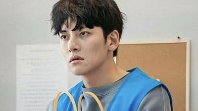Ji Chang Wook xuất hiện với hình ảnh lạ lẫm, mặt mũi bơ phờ vì thiếu ngủ nhưng nhìn kỹ vẫn đẹp trai siêu cấp
