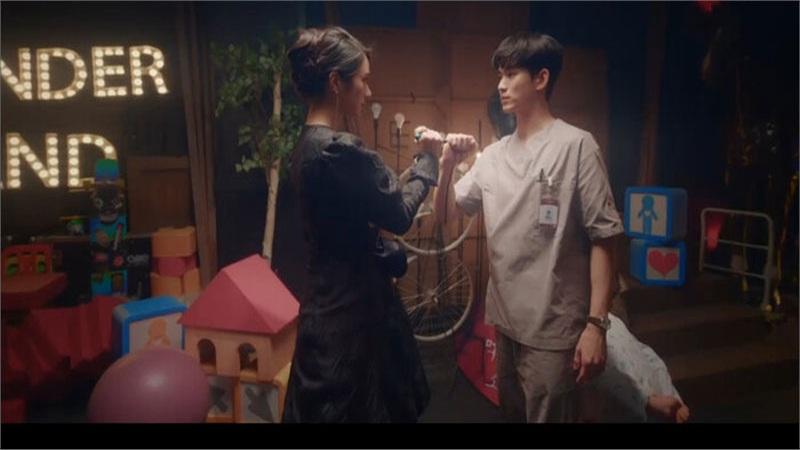 'It's Okay to Not Be Okay' tập 1: Kim Soo Hyun ăn ngay nhát dao đau đớn trong lần gặp đầu tiên với Seo Ye Ji