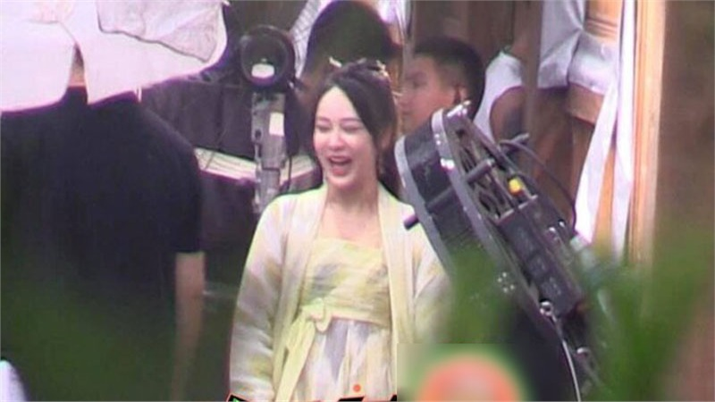Dương Tử lộ ảnh trên phim trường 'Thanh trâm hành': Cười tít mắt nhưng vẫn bị chê béo