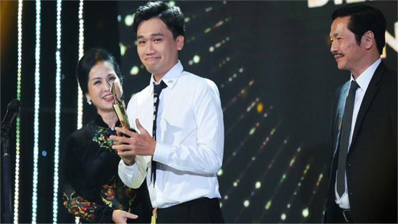 http://tiin.vn/chuyen-muc/phim/xuan-nghi-chang-dien-vien-con-nha-ngheo-vuot-kho-toa-sang-o-nha-tro-balanha.html