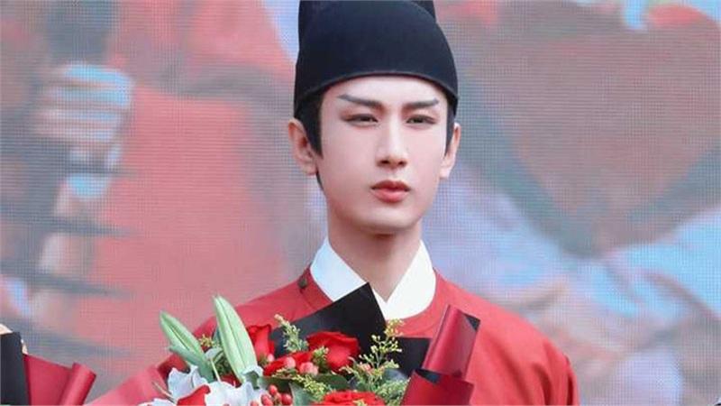 Thành Nghị xuất hiện sau scandal 'Lưu Ly mỹ nhân sát', vừa gầy vừa tô son môi đỏ điệu đà hơn phụ nữ