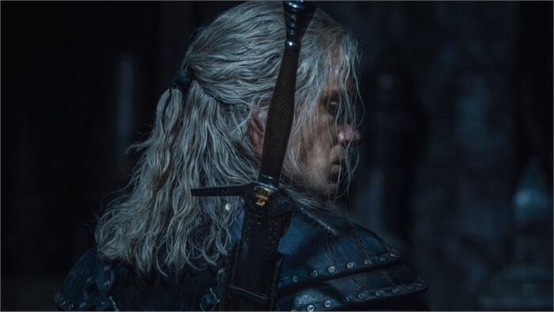 The Witcher mùa 2: Lộ diện loạt hình ảnh Henry Cavill cực điển trai trong trang phục mới