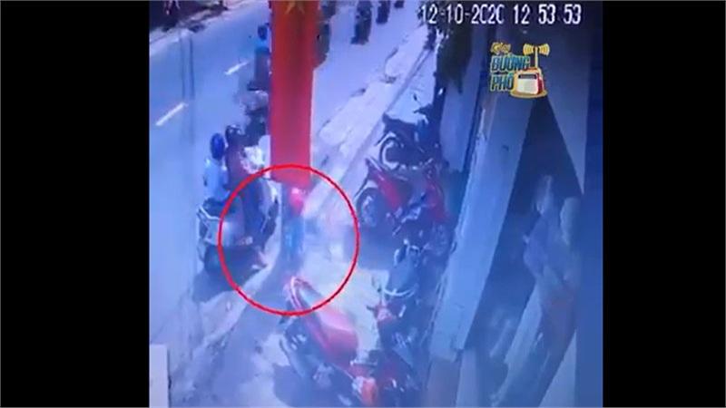 Xuất hiện thêm clip người phụ nữ ở Sài Gòn xúi giục bé gái trộm đồ treo trên xe máy ven đường gây phẫn nộ