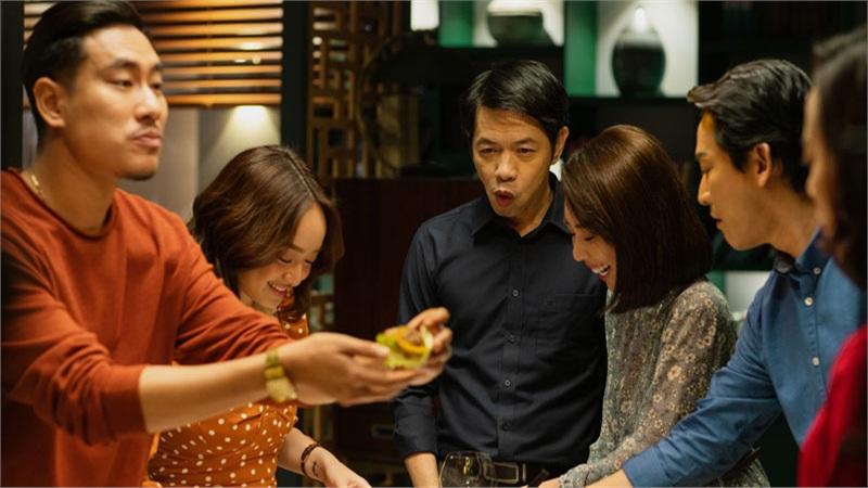 Review 'Tiệc Trăng Máu': Hấp dẫn chuyện khui nhau ngoại tình, tôn trọng bản gốc nhưng không bị 'lép vế'