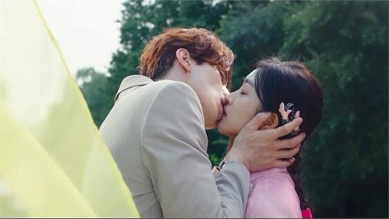Rating 22/10: Lee Dong Wook và Jo Bo Ah hôn nhau say đắm nhưng rating phim 'Bạn trai tôi là hồ ly' lại giảm thấp kỷ lục