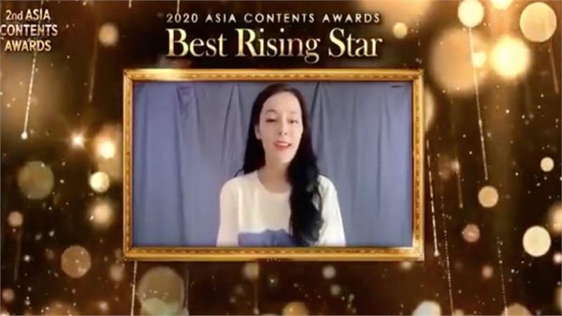 Địch Lệ Nhiệt Ba nhận giải thưởng quốc tế, netizen chỉ trích nhan sắc xuống cấp, mặt dài trán quá cao