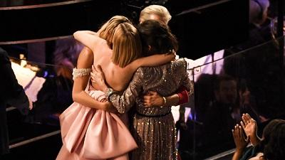 Khoảnh khắc đẹp của Oscar 2018: 4 diễn viên thua cuộc giải 'Nữ chính xuất sắc nhất' ôm nhau