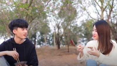 Thánh ăn Tiểu Dã: Đổi iPhone 8 lấy đồ dùng nấu bếp rồi làm gà kho giữa vườn anh đào