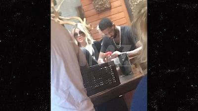 Khloe Kardashian và bạn trai bên nhau ngoài phố lần đầu sau scandal ngoại tình