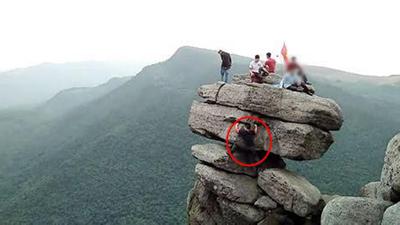 Nhóm phượt thi nhau trèo lên mỏm đá chông chênh để chụp ảnh gây tranh cãi