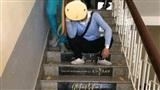 1001 cách ôn thi: Dán hẳn cả công thức lên bậc thang trường khiến học sinh muốn quên cũng không được