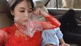 Tai đeo túi ni lông, mũi bịt giấy, cô dâu dù say xe 'sấp mặt' vẫn không quên chụp ảnh tự sướng