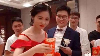Chú rể bị ép uống rượu mới được lấy phong bì mừng cưới, cô dâu cao tay xử lý khiến ai nấy đều nể phục
