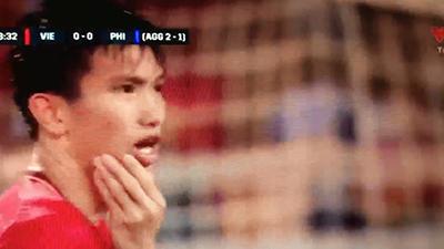 Xót xa nhìn Đoàn Văn Hậu nằm sân, ôm mặt sau cú chơi xấu của cầu thủ Philippines