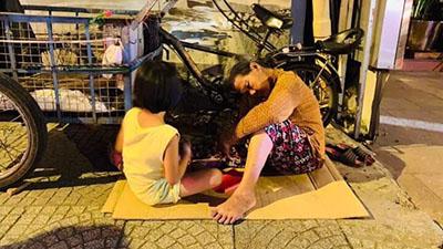 Khoảnh khắc nghẹn lòng: 2 bà cháu tựa vào nhau ngủ bên cạnh dòng người 'đi bão' trong đêm