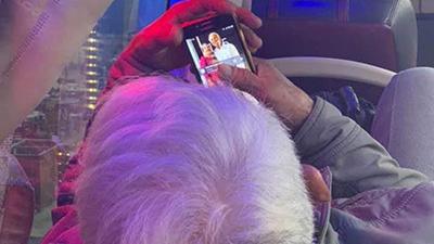 Khoảnh khắc ông cụ ngắm mãi ảnh vợ trên điện thoại và câu chuyện khiến mọi người thêm vững tin vào tình yêu