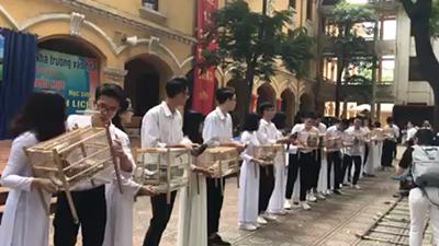 Clip: Teen cuối cấp Phan Đình Phùng (Hà Nội) thả chim bồ câu nhân ngày bế giảng