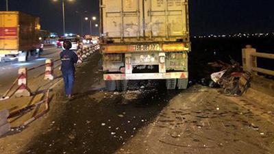 Hà Nội: Container nghi mất lái tông một loạt xe máy trên cầu Thanh Trì rớt xuống sông, ít nhất 3 người bị thương